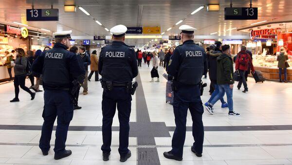 Полиция на вокзале в Дюссельдорфе, где мужчина с топором набросился на людей. 10 марта 2017 год