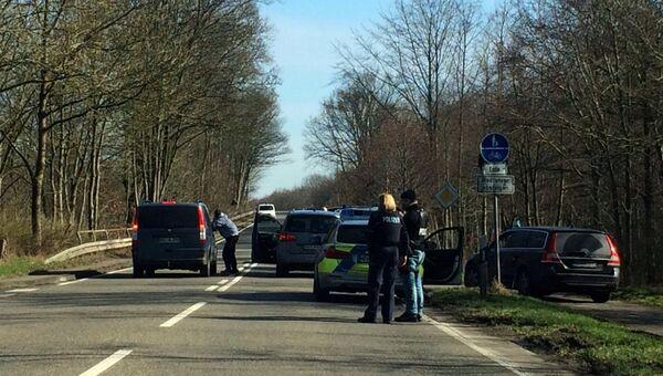 Полицейские проверяют автомобили после нападения на прохожих в Дюссельдорфе, Германия. 10 марта 2017