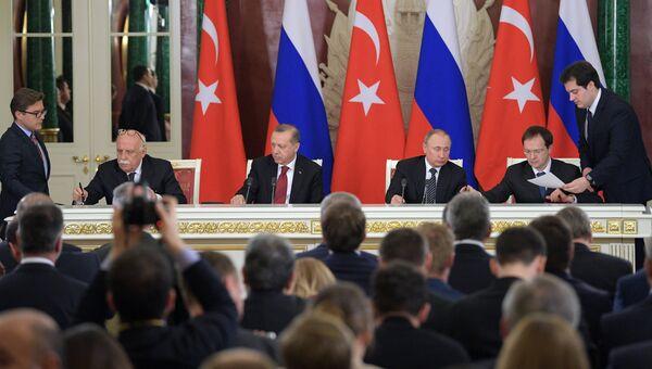 Президент РФ Владимир Путин и президент Турции Реджеп Тайип Эрдоган на церемонии подписания документов после заседания Совета сотрудничества высшего уровня между РФ и Турцией