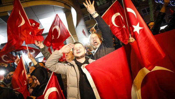 Демонстранты рядом с турецким консульством в Роттердаме. 11 марта 2017 год