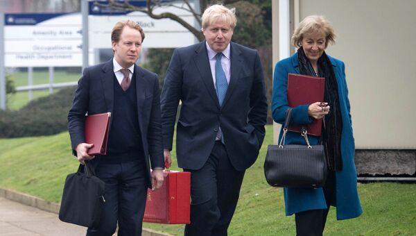 Премьер-министр Великобритании Тереза Мэй, глава британского МИД Борис Джонсон и генеральный казначей Бен Гаммер. Архивное фото