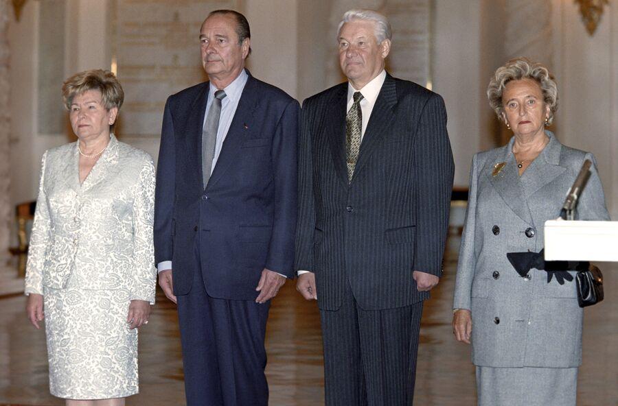 Супруга президента России Наина Ельцина, Жак Ширак, Борис Ельцин и супруга президента Франции Бернадет Ширак во время торжественной встречи в Кремле. 1997 год