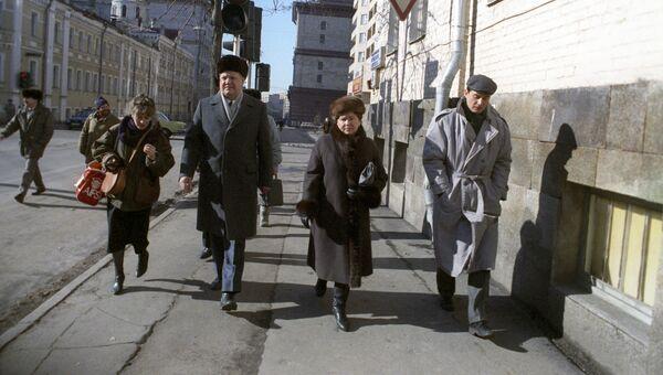 Председатель Верховного Совета РСФСР Борис Николаевич Ельцин с супругой Наиной направляются на избирательный участок