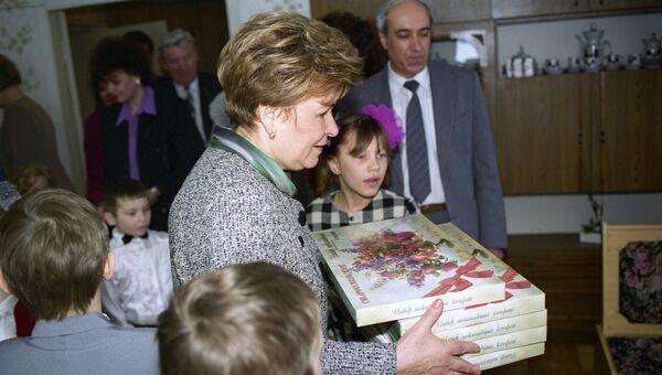 Супруга президента Наина Ельцина в одном из детских садов Белгородской области