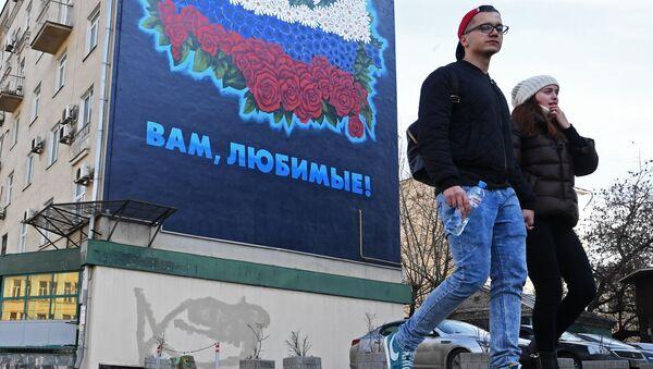 Прохожие у дома в Москве. Архивное фото