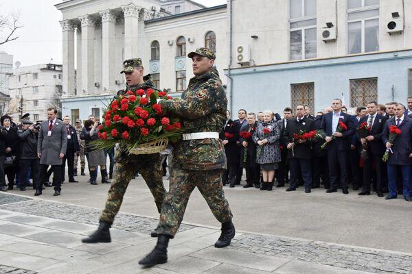 Возложение цветов к памятнику Народному ополчению всех времен в Симферополе во время праздничных мероприятий, посвященных Дню Общекрымского референдума 2014 года