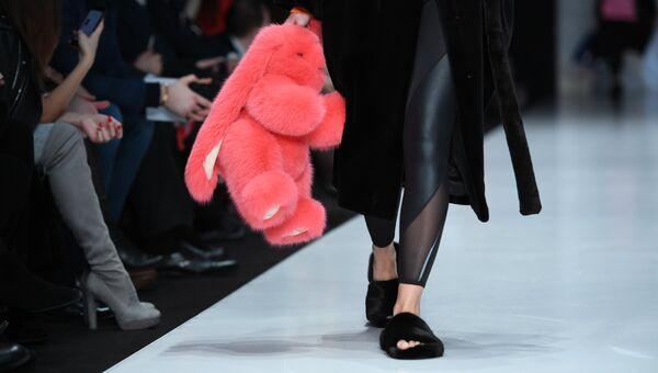 Модель демонстрирует одежду из новой коллекции дизайнера Екатерины Акхузиной в рамках Mercedes-Benz Fashion Week Russia