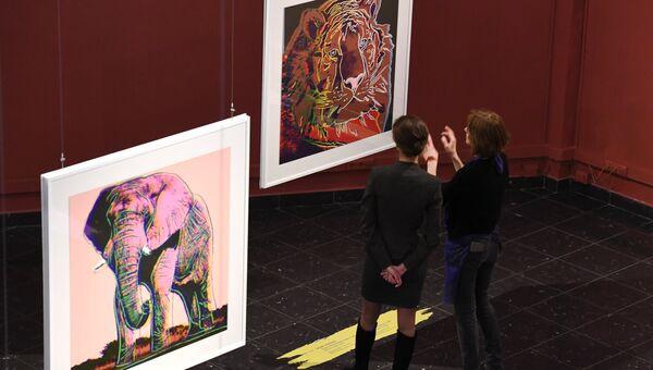 Посетители на открытии выставки Энди Уорхол. Вымирающие виды в Дарвиновском музее в Москве