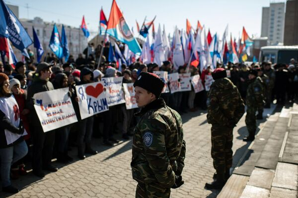 Участники митинга в честь третьей годовщины воссоединения Крыма с Россией в Омске