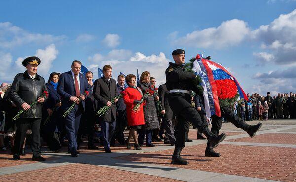 Возложение венка и цветов во время митинга в честь третьей годовщины воссоединения Крыма с Россией на мысе Хрустальный в Севастополе