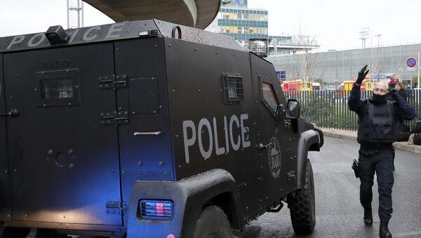 Машина полиции у южного терминала парижского аэропорта Орли, 18 марта 2017
