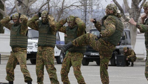 Бойцы роты особого назначения во время показательных выступлений в Севастополе