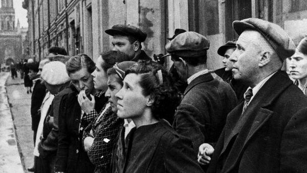 Жители столицы 22 июня 1941 года во время объявления по радио правительственного сообщения о вероломном нападении фашистской Германии на Советский Сою