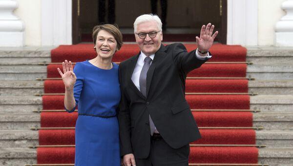 Президент Германии Франк-Вальтер Штайнмайер с супругой у входа во Дворец Бельвю в Берлине. 19 марта 2017 года