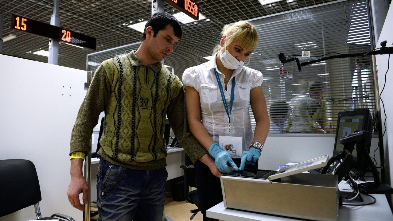 Иностранцев в России хотят обязать получать карту с чипом о дактилоскопии