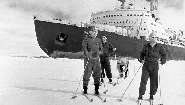 Члены экипажа атомохода Ленин на лыжной прогулке в момент короткой стоянки корабля во льдах Арктики
