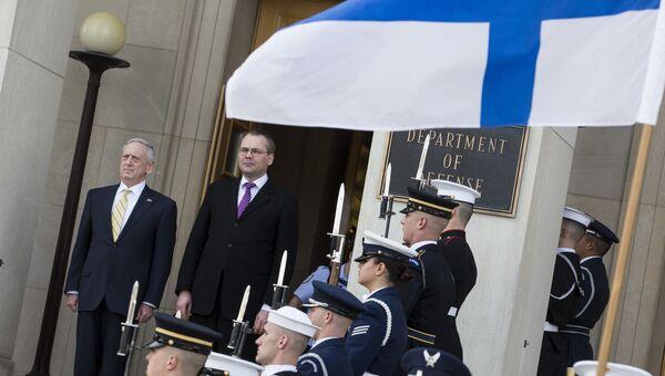 Министры обороны США и Финляндии Джеймс Мэттис и Юсси Ниинистё во время встречи в Вашингтоне. 21 марта 2017