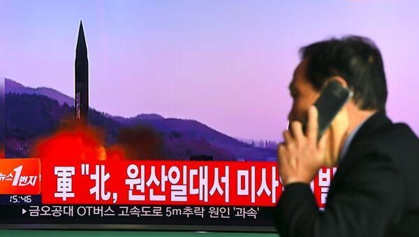 Телевизионный выпуск новостей о запуске северокорейской ракеты на мониторе железнодорожной станции в Сеуле. Архивное фото