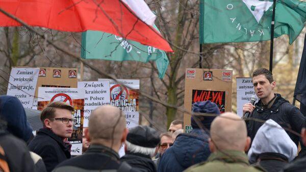Участники митинга против возросшего числа украинских мигрантов в Варшаве