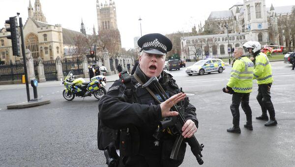 Полицейский на Вестминстерском мосту в Лондоне, Великобритания. 22 марта 2017