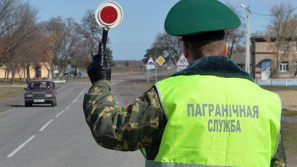 Сотрудник Мозырского пограничного отряда во время проверки транспорта на въезде в пограничную зону вдоль белорусско-украинской границы