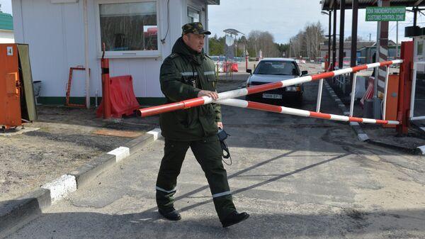 Сотрудник Мозырского пограничного отряда в межгосударственном пункте пропуска Александровка на белорусско-украинской границе