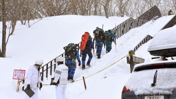 Спасатели в поисках пропавших людей после схода лавины возле горнолыжного курорта в городе Насу. Япония, 27 марта 2017