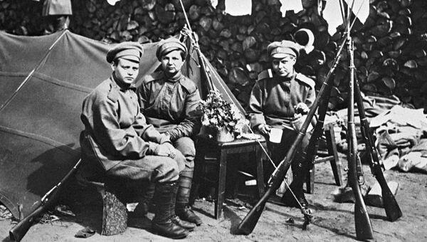 Бойцы женского ударного Батальона смерти сидят около палатки