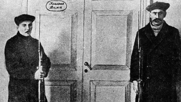 Красногвардейцы охраняют кабинет В. И. Ленина в Смольном