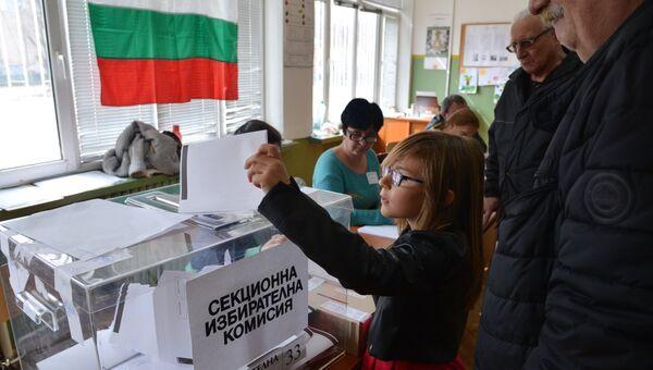 Избиратели голосуют на избирательном участке в Софии во время парламентских выборов в Болгарии