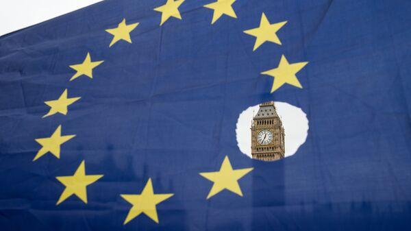 Флаг Евросоюза на фоне Вестминстерского дворца в Лондоне