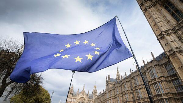 Флаг Европейского Союза (ЕС) на улице Лондона. Архивное фото