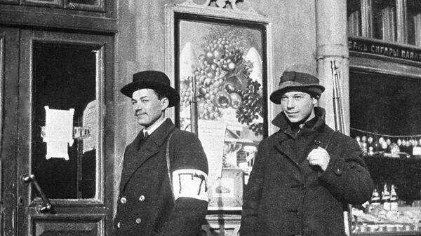 Сотрудники городской милиции на Каменноостровском проспекте в Петрограде