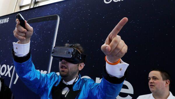 Гость в очках виртуальной реальности Samsung Gear VR для Samsung Galaxy S8