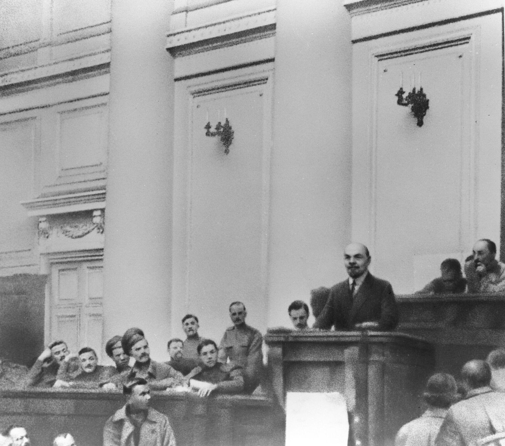 Владимир Ленин выступает в зале заседаний Таврического дворца с Апрельскими тезисами. Апрель 1917 года  - РИА Новости, 1920, 05.09.2021