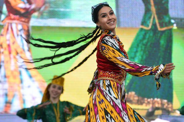 Участница праздничного шоу, посвященного Наврузу в Ханском дворе на территории Казанского ипподрома