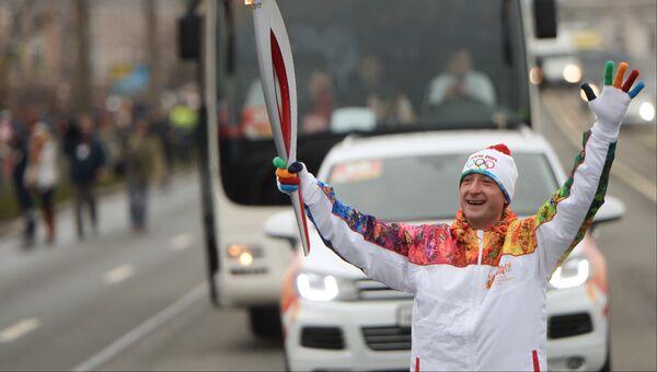 Олимпийский чемпион по фигурному катанию Евгений Плющенко во время эстафеты Олимпийского огня в Санкт-Петербурге