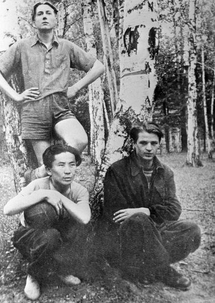Евгений Евтушенко (на заднем плане) с товарищами по студенческой баскетбольной команде. 1948 год