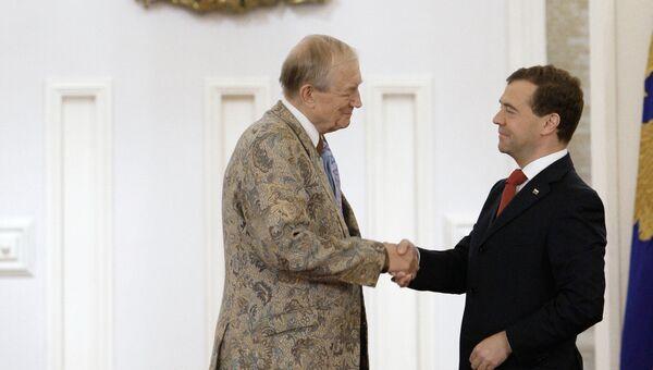 Президент РФ Дмитрий Медведев во время вручения Государственной премии за 2009 год в области литературы и искусства поэту Евгению Евтушенко. 12 июня 2010