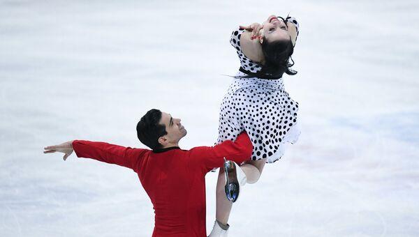 Анна Каппелини и Лука Ланотте выступают в короткой программе танцев на льду на чемпионате мира по фигурному катанию в Хельсинки