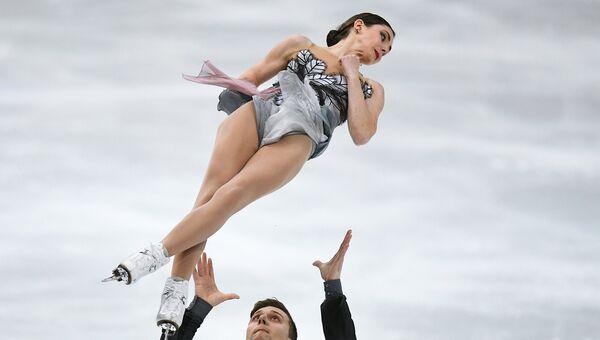 Наталья Забияко и Александр Энберт выступают в произвольной программе парного катания на чемпионате мира по фигурному катанию в Хельсинки
