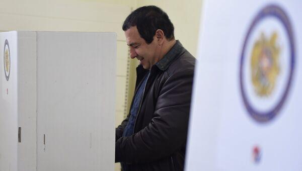 Лидер партии Процветающая Армения Гагик Царукян голосует на парламентских выборах на избирательном участке в Ереване. 2 апреля 2017