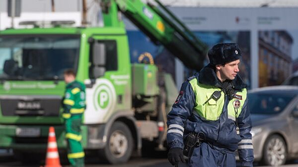 Сотрудник ДПС и эвакуатор в центре Москвы