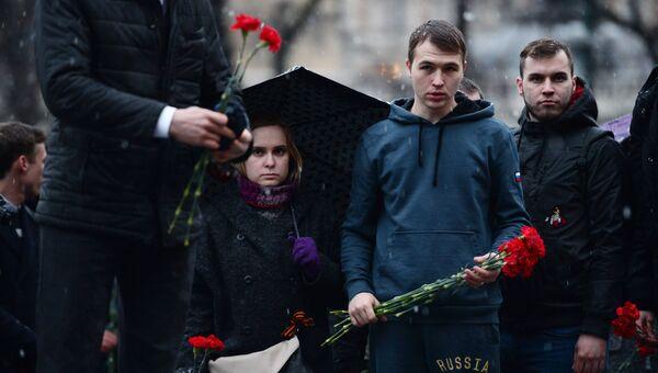 Горожане несут цветы в память о погибших в метро Санкт–Петербурга
