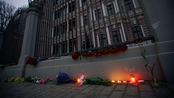 Цветы и свечи у посольства РФ в Риге в память о погибших в результате взрыва в метро Санкт-Петербурга