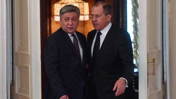 Министр иностранных дер РФ Сергей Лавров (справа) и министр иностранных дел Киргизии Эрлан Абдылдаев во время встречи в Москве. 4 апреля 2017