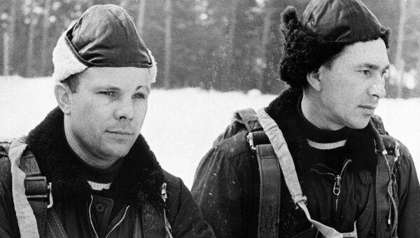 Летчики Юрий Гагарин и Павел Беляев, члены первого отряда космонавтов, на парашютной подготовке