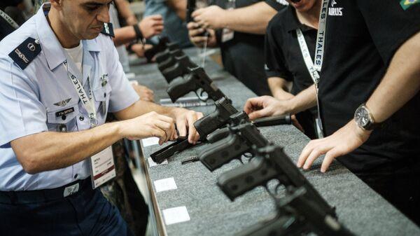 Полуавтоматические пистолеты на выставке LAAD 2017 Defense and Security в Рио-де-Жанейро, Бразилия, 4 апреля 2017
