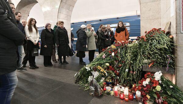 Цветы в память о погибших в результате взрыва в метрополитене Санкт-Петербурга на станции метро Технологический институт. Архивное фото