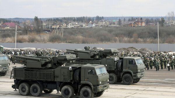 Самоходные ЗРПК наземного базирования Панцирь-С на шасси Камаз-6560 механизированной колонны Московского гарнизона во время тренировки к военному параду на Красной площади 9 мая 2017 года